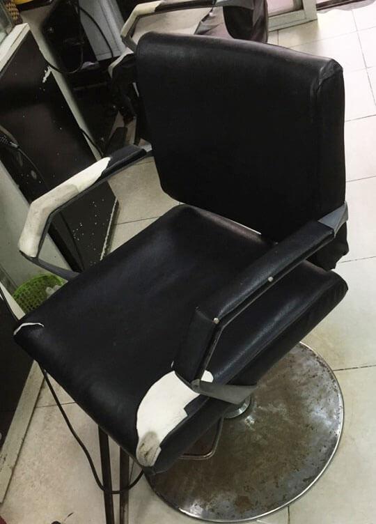 Chiếc ghế sofa bị rách và bẩn ở một salon tóc tại Nguyễn Trãi