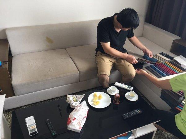 Bộ ghế sofa của anh Dũng ở Phạm Văn Đồng đã bị bẩn và đổ nước ố vàng lên