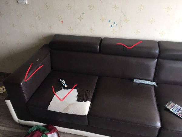 Bộ ghế sofa tại Nguyễn Phong Sắc bị rách phải dán băng dính