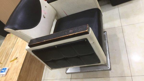 Vỏ da của ghế cắt tóc này đã bị bám bẩn toàn bộ
