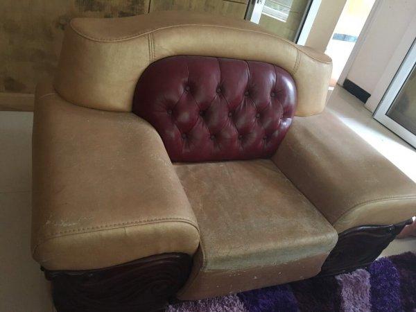 Hai chiếc ghế còn lại cũng trong trình trạng như vậy, bộ ghế sofa này cần được bọc lại gấp