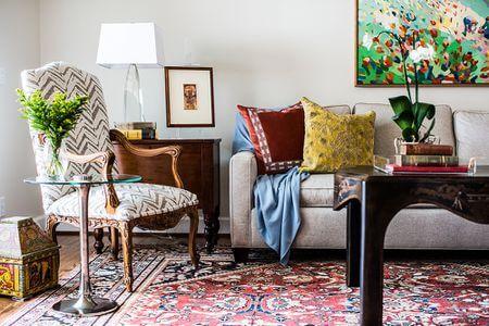 Các món đồ trang trí và phụ kiện như gối ôm, thảm, cây cảnh,... tạo nên các tính phòng  cách riêng của bạn