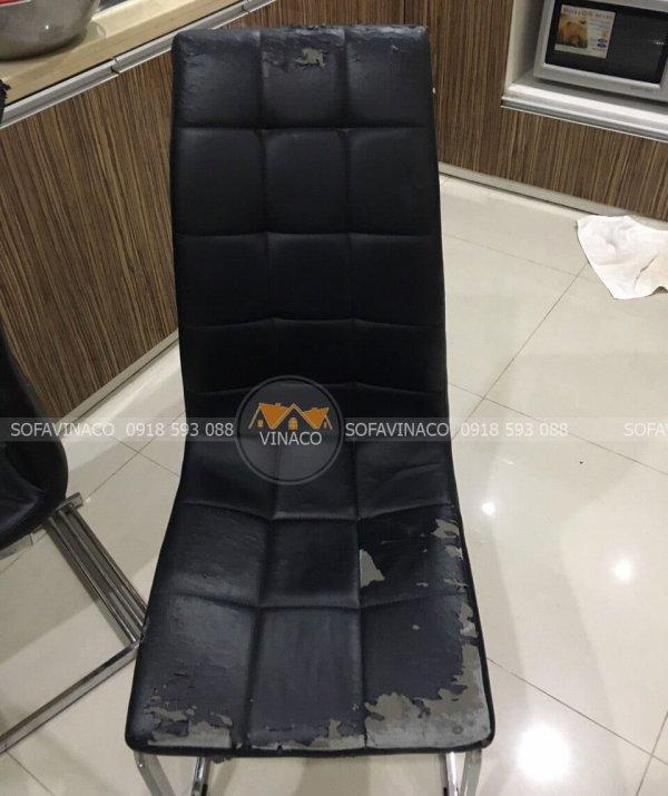 Cả năm chiếc ghế ăn ở Khương Thượng đều đã bị bong chóc hết da ở mép ghế
