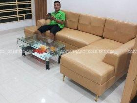 Bọc lại ghế sofa với màu nâu vàng rất hợp với phòng khách sáng