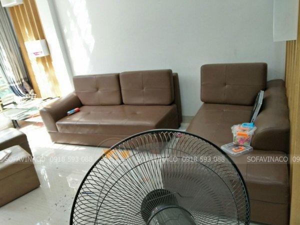 Bộ ghế sofa màu nâu socola đậm khác hẳn, lạc lõng trong phòng khách mới