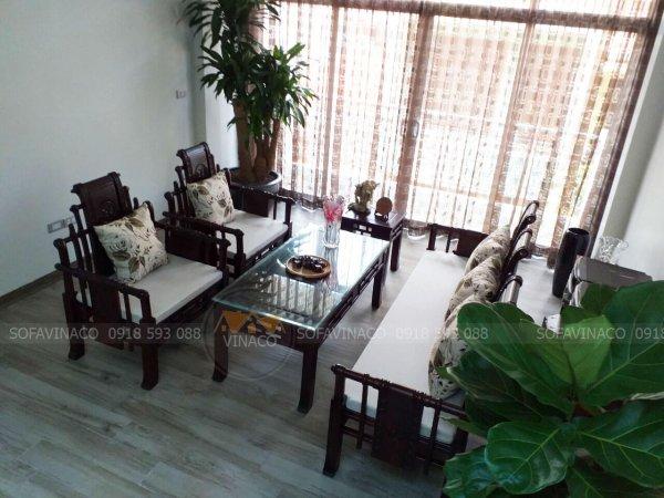 Bộ đệm ghế gỗ này bao gồm cả đệm ngồi và gối tựa hoa cùng tông màu