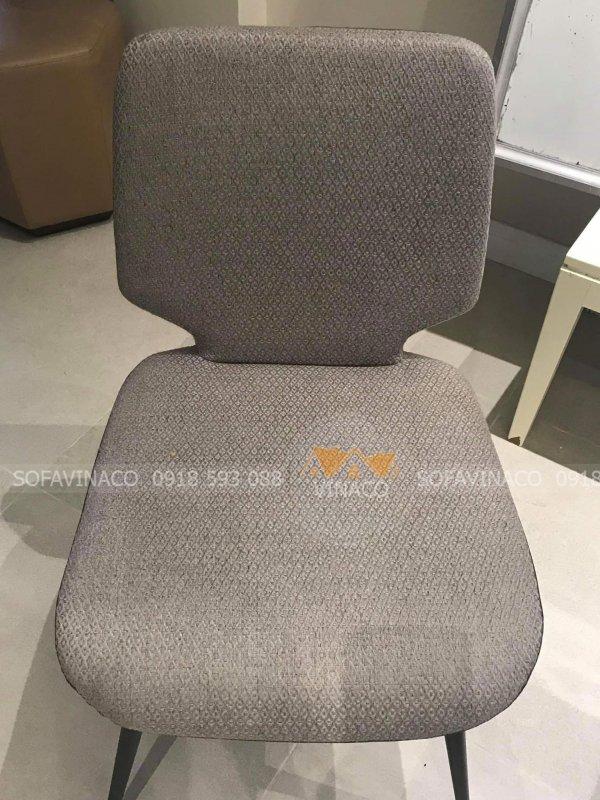 Chiếc ghế ăn có vỏ bọc ngoài là vải lưới hút bẩn