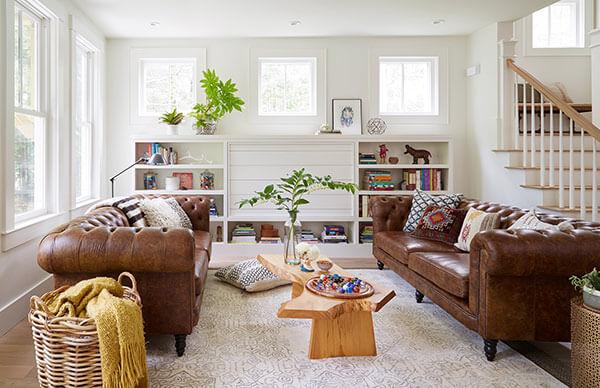 Ghế sofa màu nâu dễ dàng kết hợp với các đồ dùng trong phòng