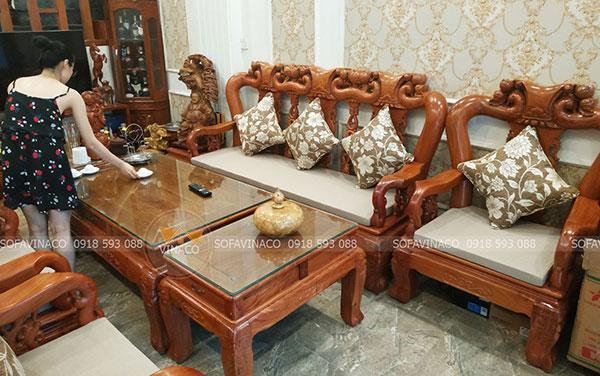 Vỏ gối họa tiết kết hợp với đệm trơn một màu tạo nét đẹp sang trọng bộ ghế