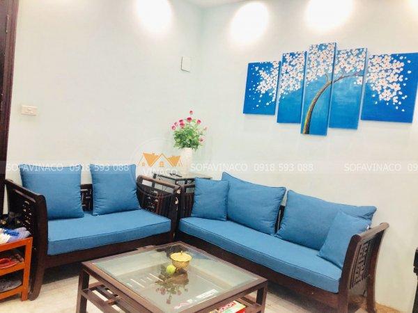 Màu xanh của bộ đệm được lựa chọn khá chính xác, tạo điểm nhấn cho phòng khách