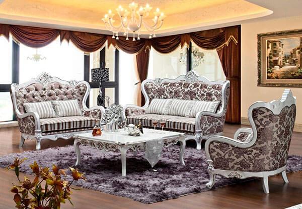 Phòng khách nhà biệt thự mang phong cách cổ điển nên bày nội thất sofa màu trầm, thiết kế cầu kỳ