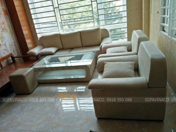 Bộ bàn ghế sofa màu trắng của gia đình ở Nguyễn Thị Đinh đã bị bẩn ngả màu