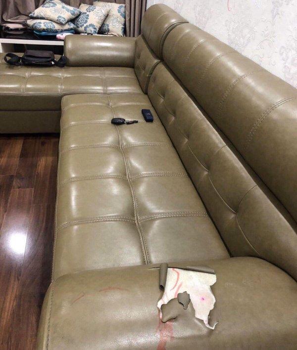 Bộ ghế sofa da của chị Linh bị rách tại phần thành ghế