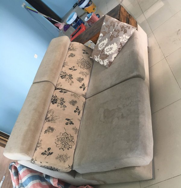 Bộ ghế sofa ở chung cư Mễ Trì bị bẩn khá nặng với các vết nước loang lổ
