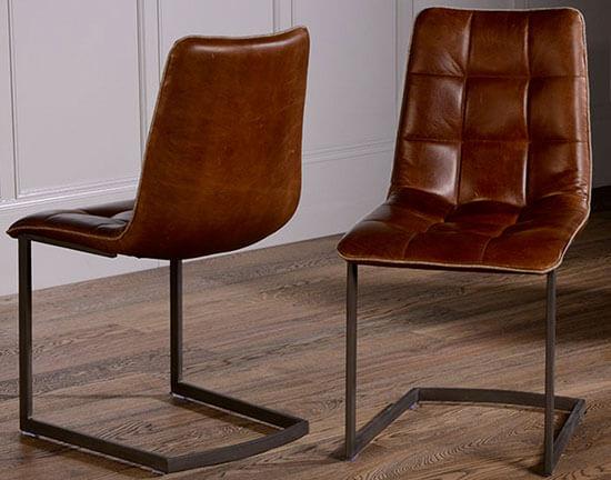 Đệm ghế bàn ăn được làm bằng da và mút làm tăng thêm sự sang trọng cho căn phòng