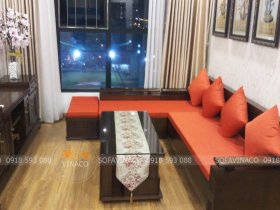 Bộ đệm ghế gỗ tay trứng màu cam của chị Hương ở Hoàng Mai