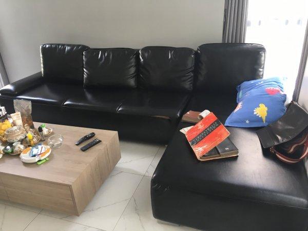 Bộ ghế sofa da bị rách một vệt ở phần mép đệm ngồi