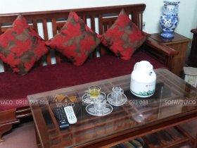 Đệm ghế làm từ vải nhung đỏ đô, ruột đệm bông ép