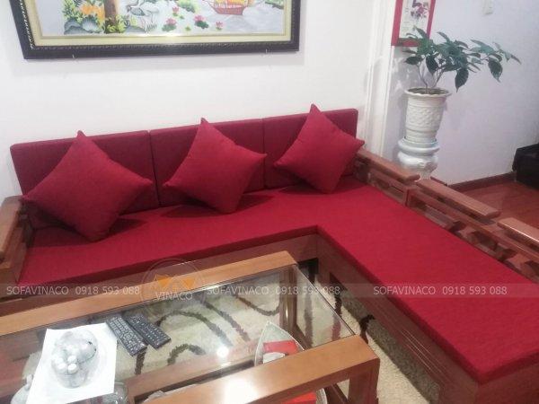 Đệm ghế màu đỏ làm điểm nhấn nổi bật cho phòng khách