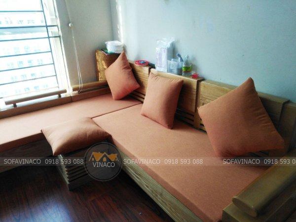 Màu cam nhạt kết hợp rất đẹp trên nền gỗ