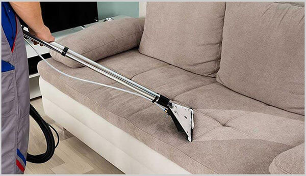 Sử dụng máy hút bụi bám trên bề mặt ghế sofa