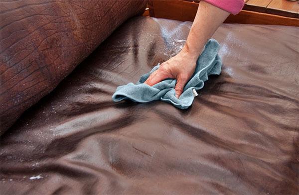 Khăn ẩm giúp gỡ vết bẩn bám trên ghế sofa