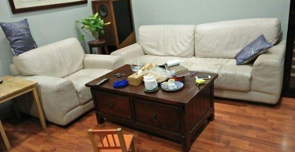 Bộ ghế sofa có da bọc ngoài kém chất lượng đã bị nhão