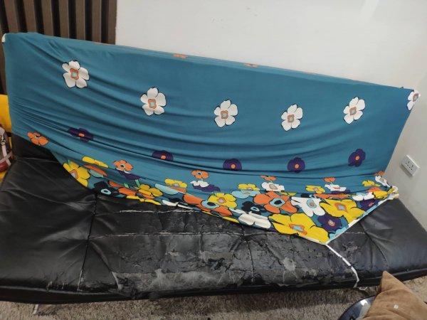 Chiếc ghế sofa giường tại Phạm Văn Đồng bị nứt rách và bong chóc chi chít mặt ngồi