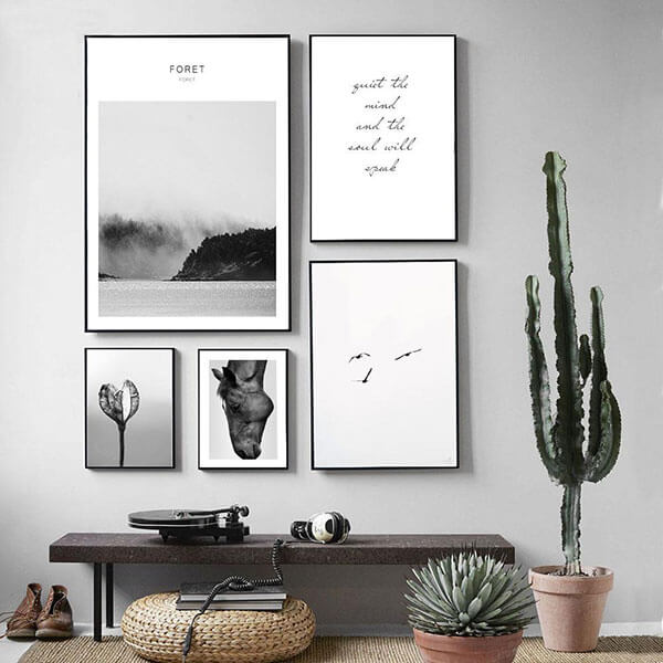 Thay đổi các bức tranh treo tường tạo phòng cách mới cho phòng khách
