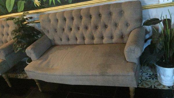 Ghế sofa bị bẩn, ố loang lổ và sập khung