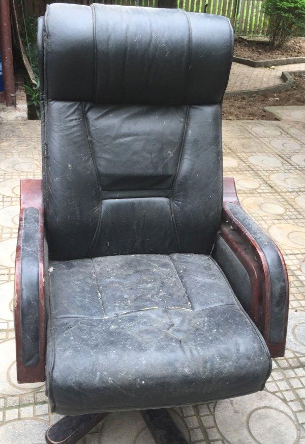 Chiếc ghế giám đốc cũ bám bụi bẩn khó có thể làm sạch