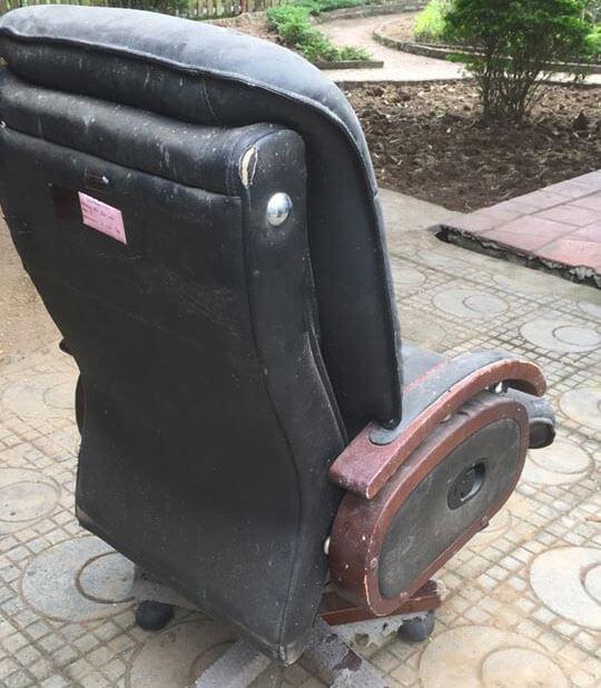 Mặt sau của ghế cũng không tránh khỏi bụi bẩn bám đầy