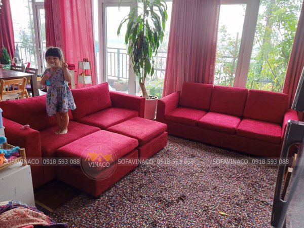 Bọc lại ghế sofa bằng vải nhung đỏ theo đúng tông màu của phòng