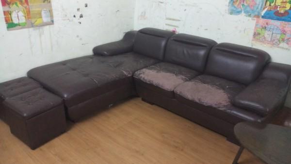 Bộ ghế sofa cũ bị bong da của chị Bình ở Kiến Hưng