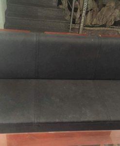 Đệm của chiếc ghế dài đã bị mòn và hơi bẩn