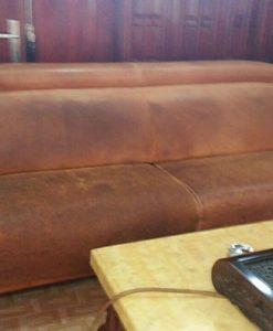 Chiếc ghế sofa dài loang lổ chỗ trắng chỗ đen rất mất thẩm mĩ