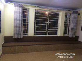 Bộ đệm ngồi bậu cửa sổ màu nâu vừa mới được giao đến nhà tại Từ Liêm
