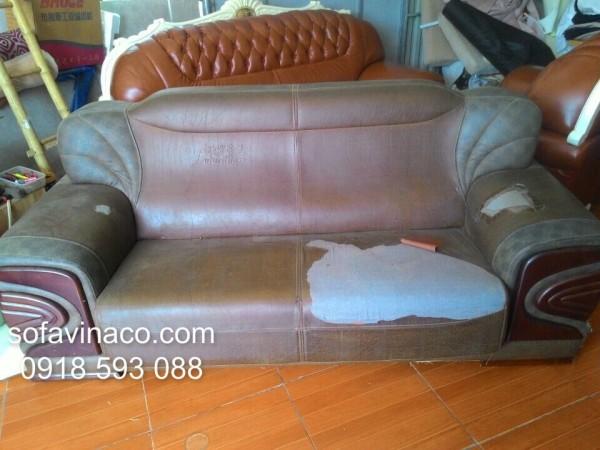 Bộ ghế sofa có vỏ bọc đã cũ rách và bạc màu