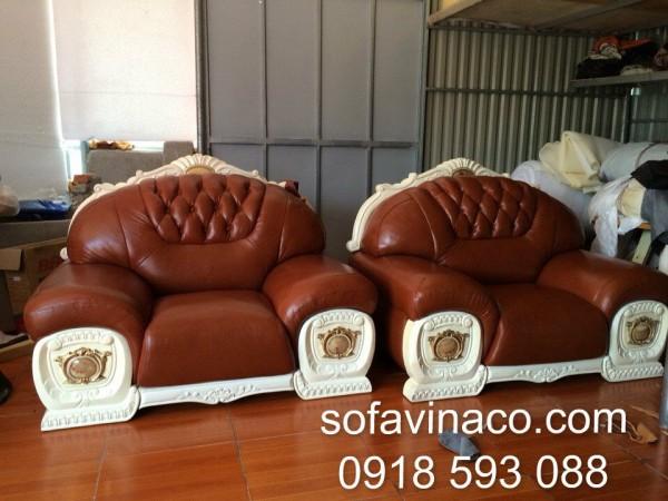 Cả hai chiếc ghế đơn đã được thay một lớp da hoàn toàn mới