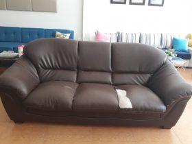 Bộ ghế sofa nhà anh Quang đã bị rách mặt ngồi
