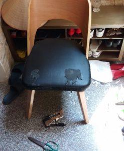Chiếc ghế ăn đã bị rách của gia đình ở Âu Cơ đang cần được bọc lại