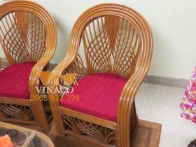 Hai chiếc ghế đơn có đệm cong tròn
