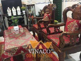 Nệm ghế với màu đệm đỏ và hoa văn thêu nổi bật khi phối với ghế giả cổ