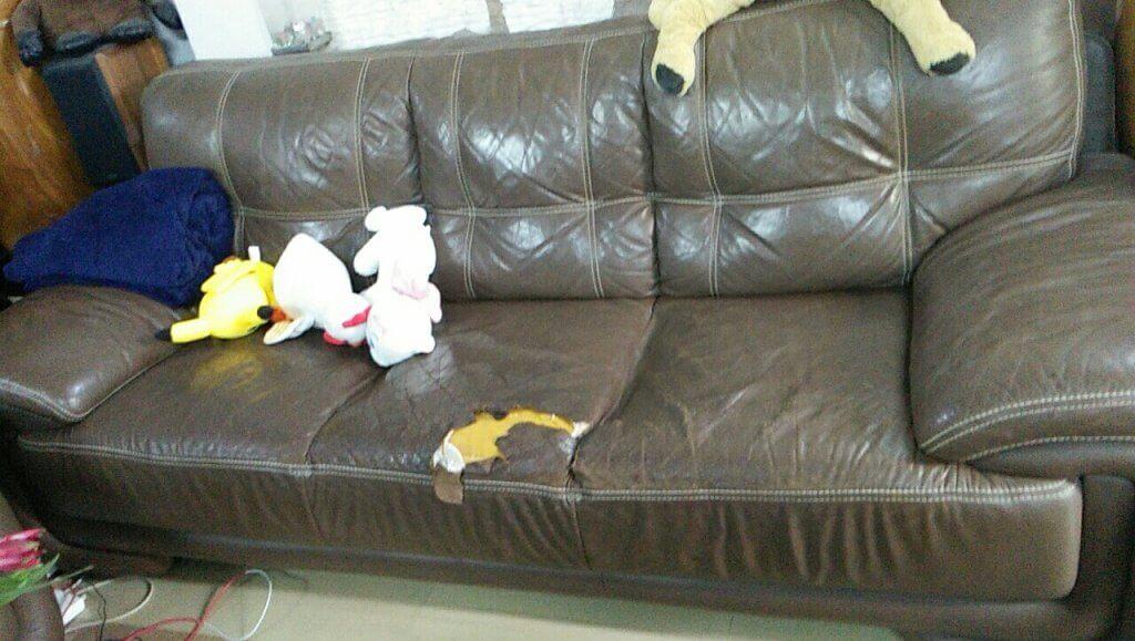 Bộ ghế sofa cũ đã bị hỏng da mặt ngồi tại Âu Cơ