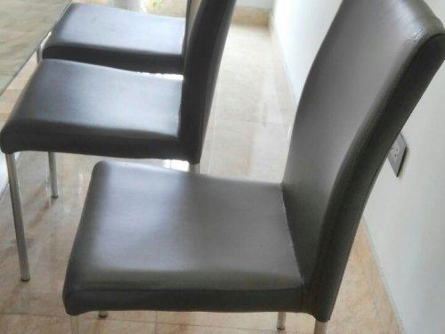 Bộ ghế ăn bọc da màu xám của gia đình ở Thụy Khuê