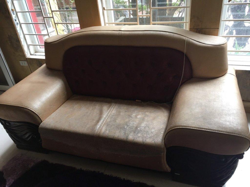 Mặt da ghế bị nứt chi chít đồng thời bám bẩn chuyển màu