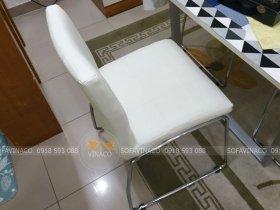 Chiếc ghế ăn đã được bọc da công nghiệp mới màu trắng