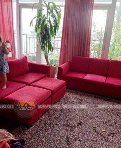 Bộ ghế sofa được bọc lại bằng vải nhung đỏ nổi bật