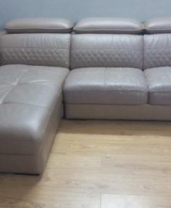 Bộ ghế sofa da đã bị bong chóc phần đệm ngồi và bạc màu