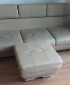 Bộ ghế sofa với gam màu sáng hơi bám bẩn và bị thủng mặt ngồi, tay vịn